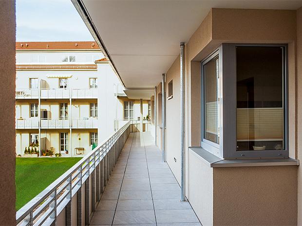 WG Aufbau Merseburg Laubengang des Neubaus der Wohnanlage Rabennest in Merseburg