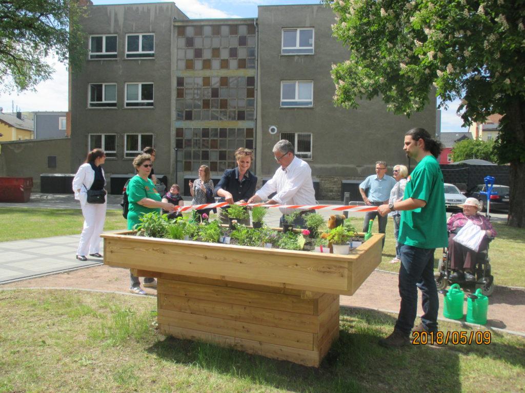 WG Aufbau Merseburg Feierliche Eröffnung des Hochbeetes in Merseburg